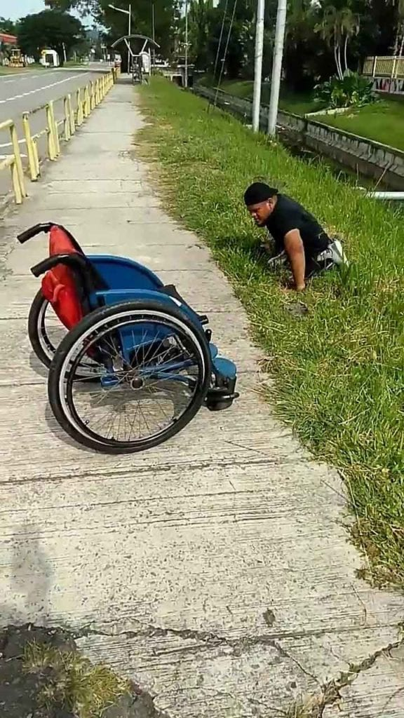 Abu Fathiyyaturahma Disabled man gets out wheelchair save drowning kitten